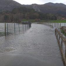 El agua embalsada corta la carretera de acceso al riosellano pueblo de Collera