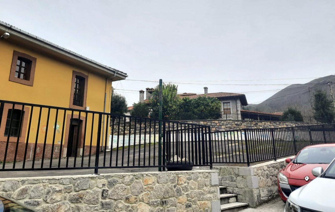 El Ayuntamiento de Llanes censura la falta de inversión autonómica en las escuelas del concejo