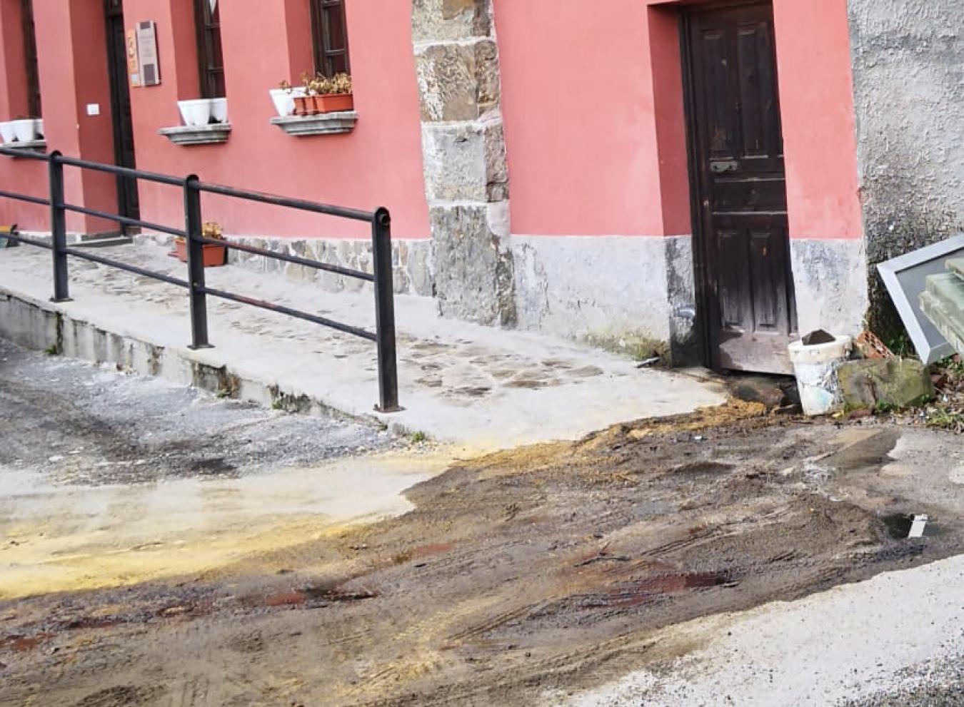 Denuncian un vertido de decenas de litros de gasoil en Ponga que afecta a cuadras, viviendas y a un arroyo