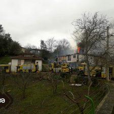 Un incendio calcina dos viviendas en Cadanes (Piloña)