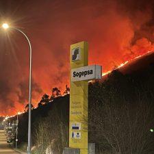 Los bomberos trabajan en la extinción de un incendio en Guadamía, en Ribadesella