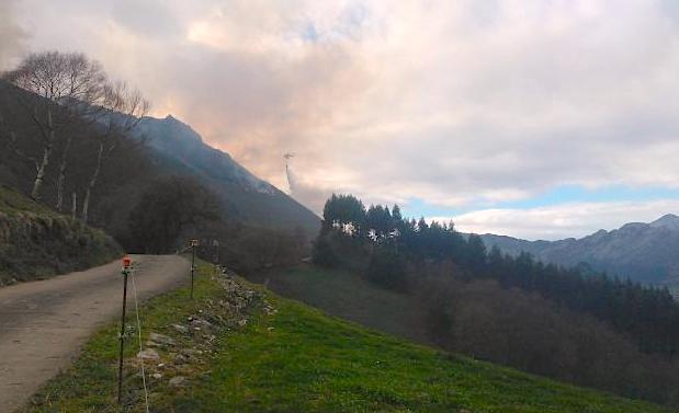 Ribadesella registra otro incendio forestal en el monte Picachín, entre Calabrez y Sardeu