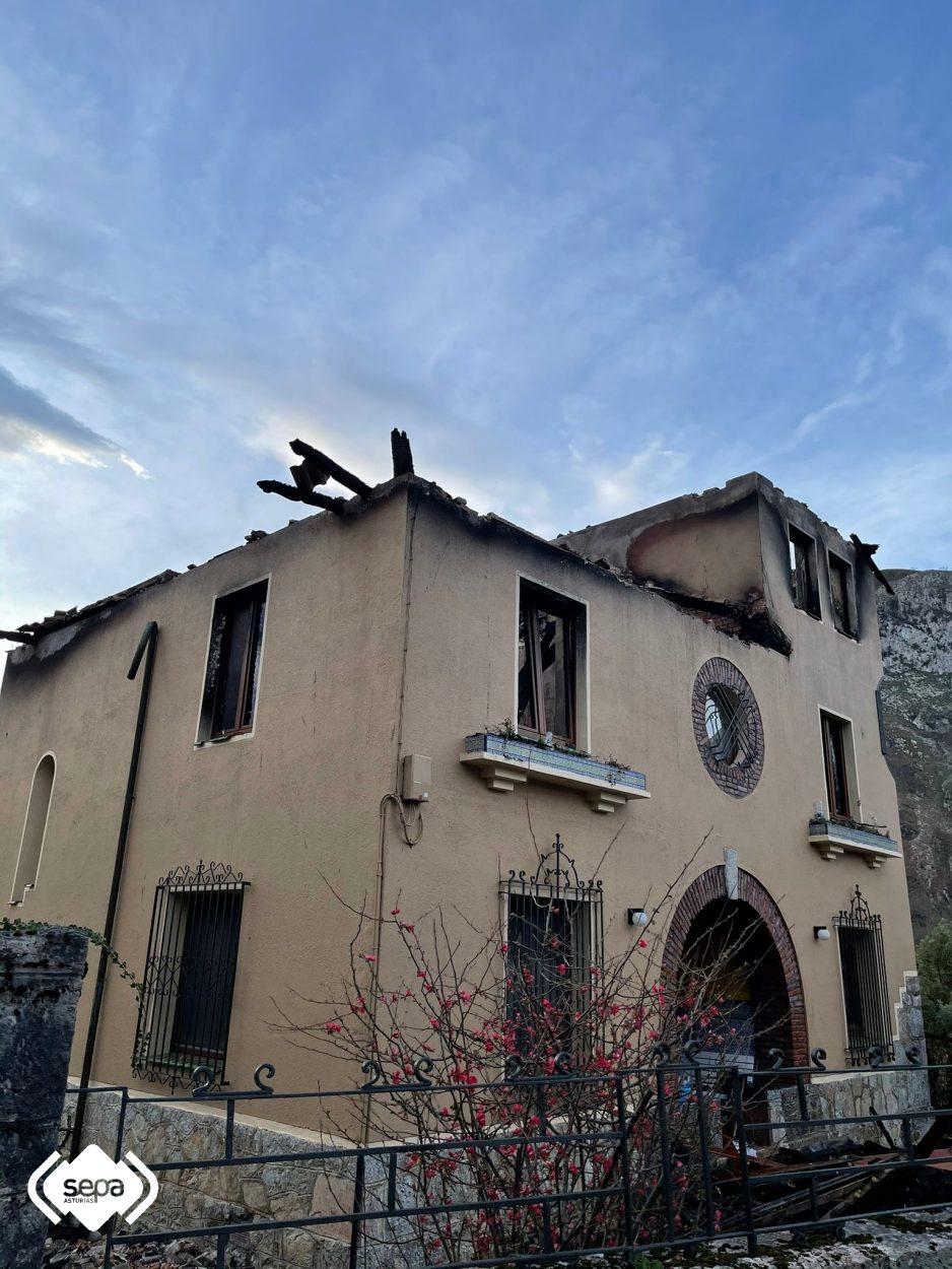 Un incendio calcina por completo una vivienda en Sames (Amieva)