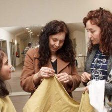 Llanes y Ribadesella acogerán la exposición de Maite Capín sobre el vestuario en el Camino de Santiago