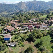 Arenes de Parres, el pueblo de los 15 hórreos, quiere ser ejemplar entre los vecinos de su concejo