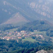 El pueblo de Cofiño presume de mar de nubes y un rico patrimonio histórico-cultural
