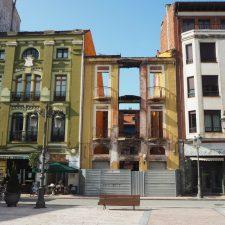 Comienza la reconstrucción del edificio que, hace seis años, fue pasto de las llamas en el centro de Ribadesella