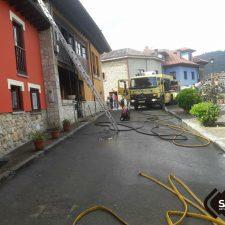 Un incendio calcina la planta baja de una vivienda en Mestres, concejo de Piloña