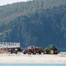 Comienza la limpieza primaveral del arenal de Santa Marina, la playa de Ribadesella