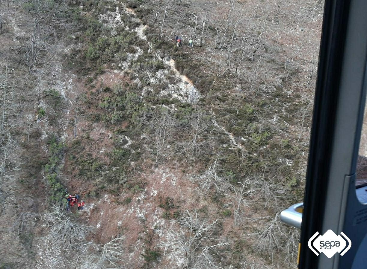Rescatado un senderista de 68 años que sufrió una caída de 20 metros en una pista de Ponga