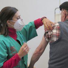 Asturias alcanza los 72.000 inmunizados en una jornada con 136 contagios y un fallecido