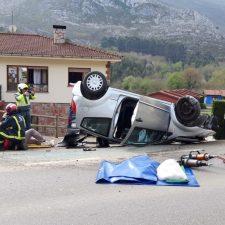 Un hombre resulta herido tras volcar con su coche en Turanzas (Llanes)