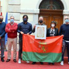 La bandera de Llanes viajara a la Olimpiada de Tokio de la mano de Aníbal González Anca