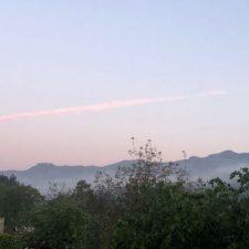 Una enorme bola de fuego irrumpe en el amanecer de Arriondas esta mañana de viernes