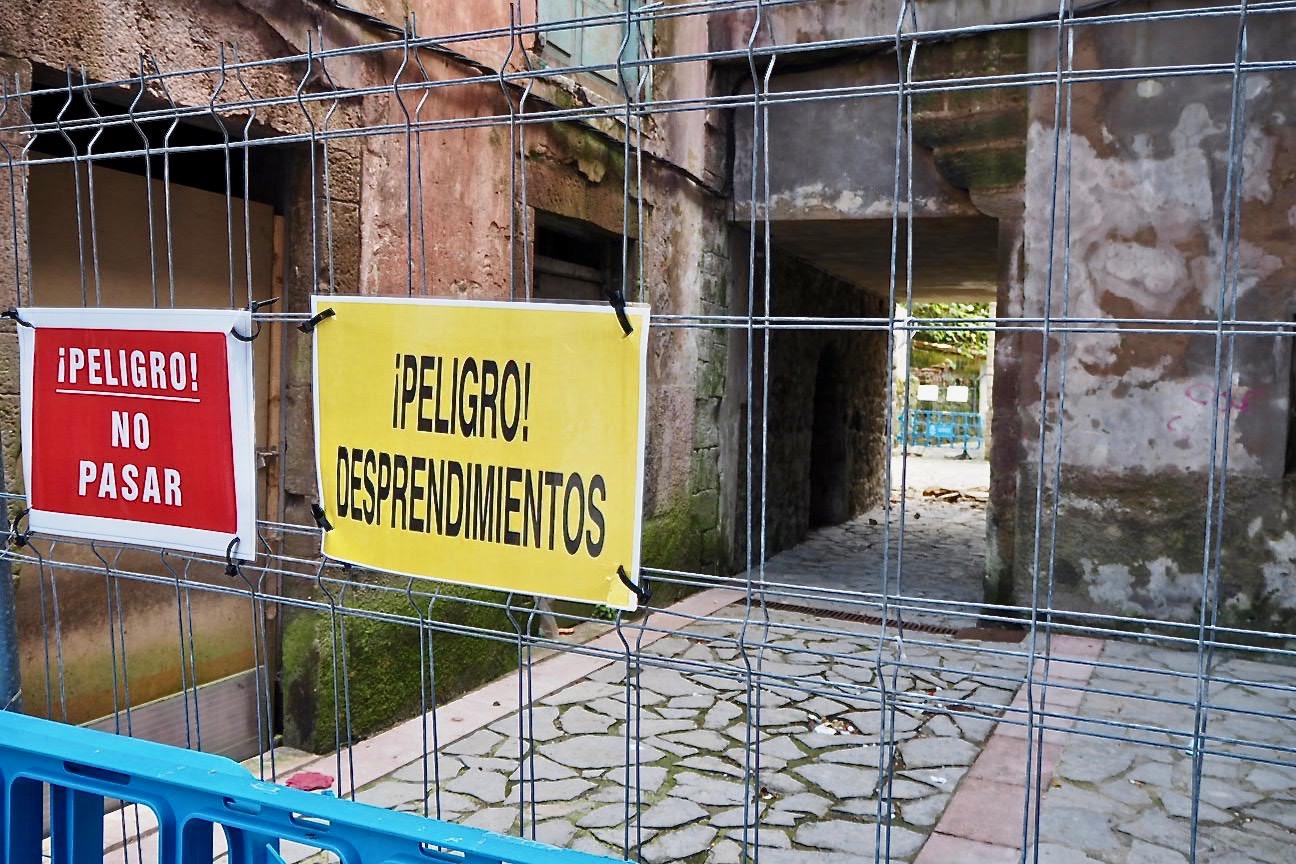 El Ayuntamiento de Ribadesella cierra la calle de Santa Ana por los desprendimientos procedentes de un viejo edificio