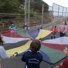 El director del colegio público de Ribadesella propone cubrir el patio mas próximo a la playa de La Atalaya