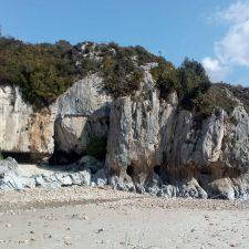 Podemos propone crear una escuela de escalada en la llanisca playa de Cuevas del Mar