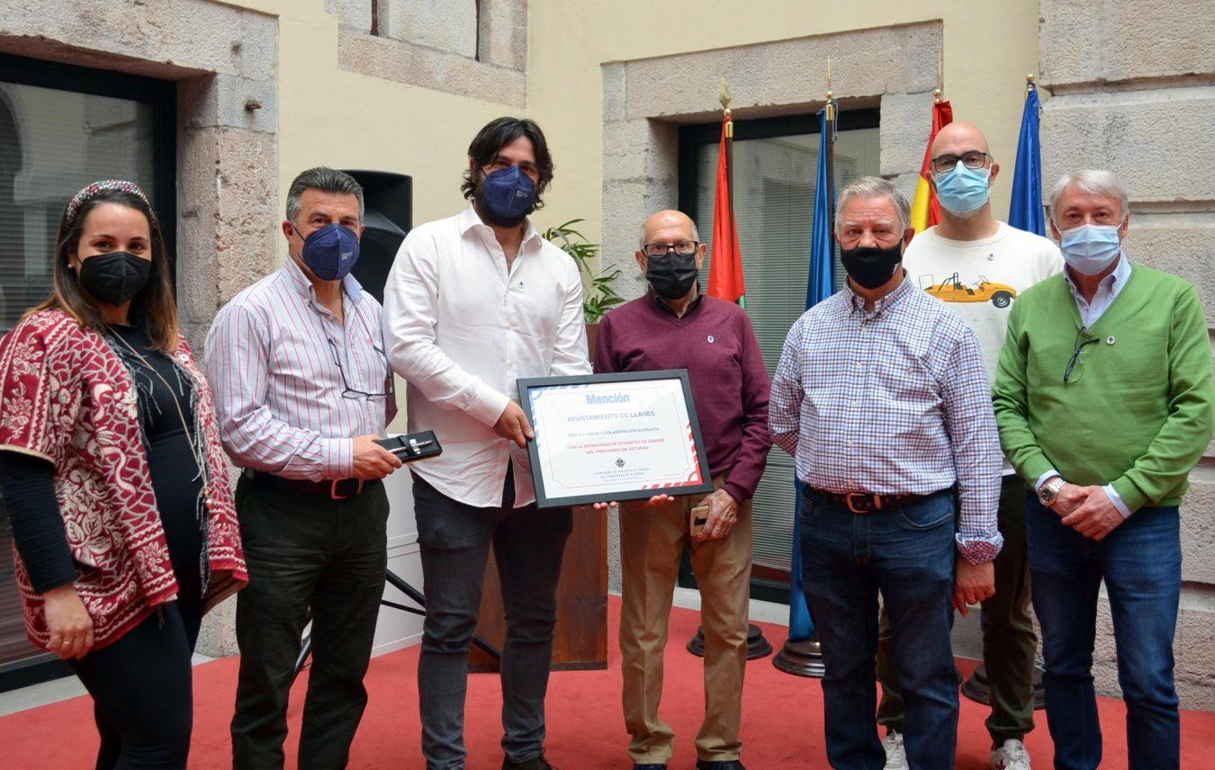La Hermandad de Donantes de Sangre de Asturias distingue al Ayuntamiento de Llanes por su colaboración