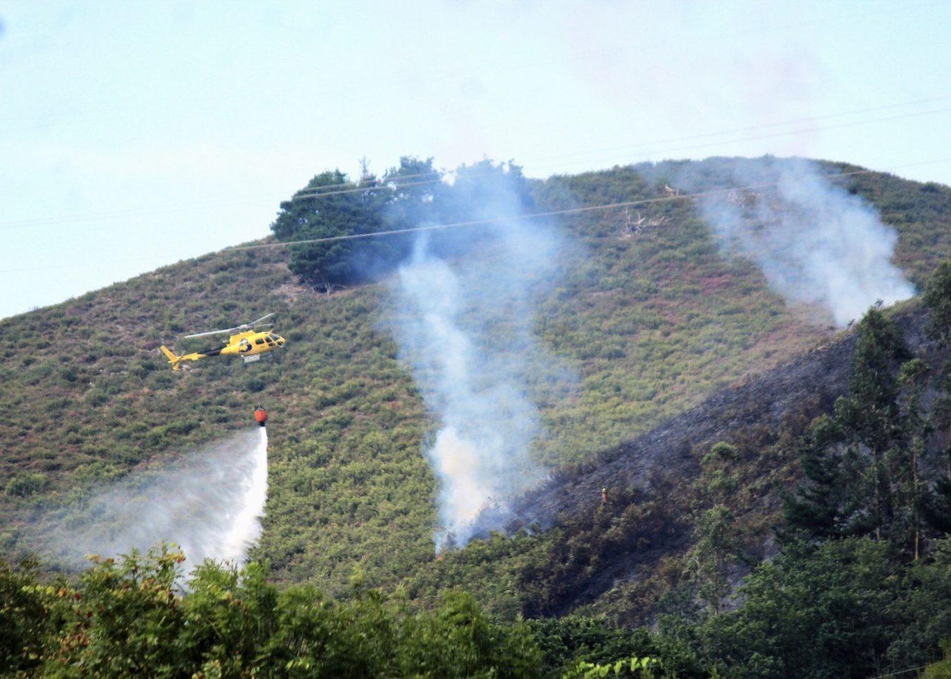 45 incendios queman los montes de Asturias, 15 en nuestra comarca oriental