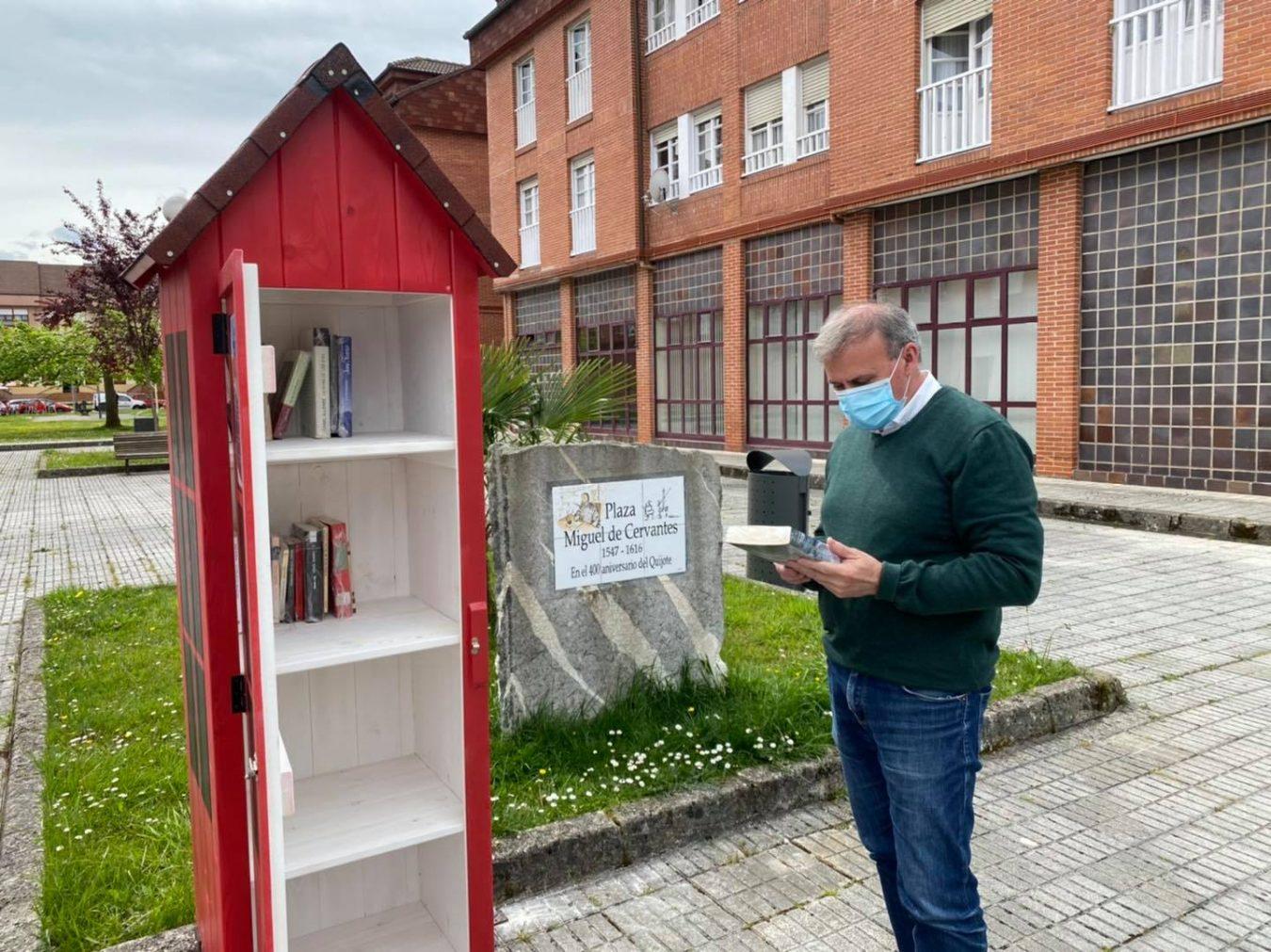 Arriondas celebra el Día del Libro instalando dos hermosos intercambiadores que animan a la lectura