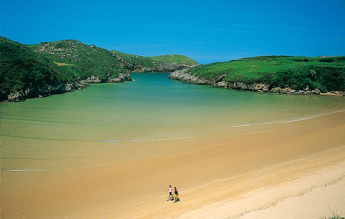 Llanes firmará un convenio con la DGT para gestionar el acceso a sus playas el próximo verano