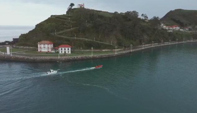 Cruz Roja remolca a una embarcación deportiva que se quedó sin motor en Ribadesella