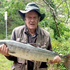 Un salmón de casi siete kilos en el Picu la Vieya del río Sella