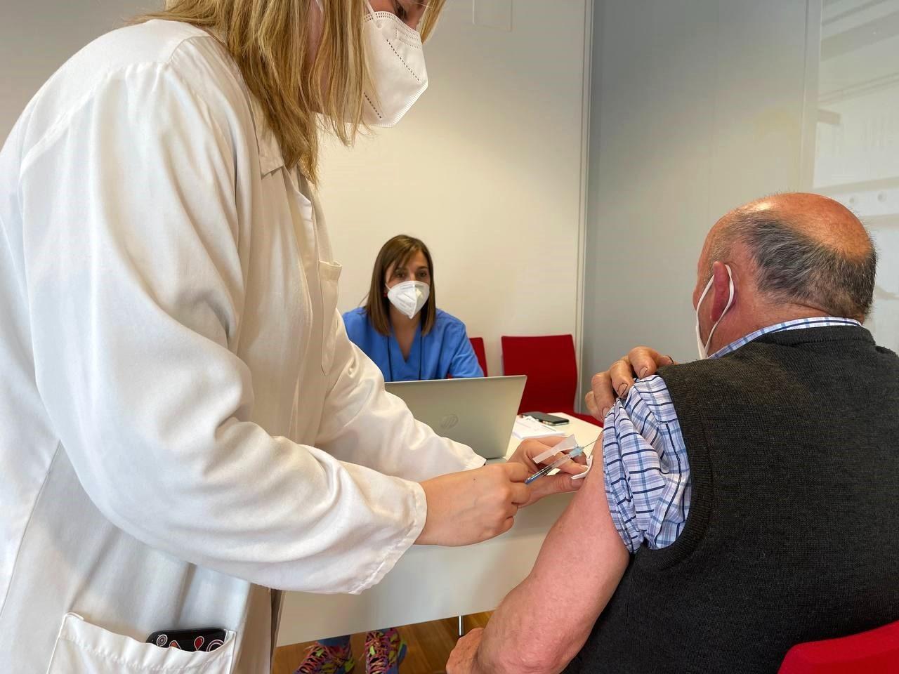 La vacuna anti covid ha llegado al 33% de la población del Oriente de Asturias