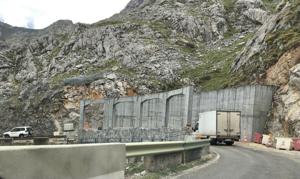 Instaladas las primeras losas que cubren las viseras antialudes de la carretera de Sotres