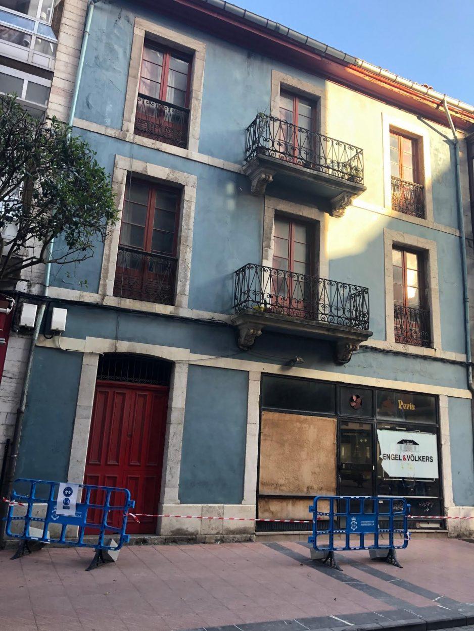 La caída de cascotes obliga a acordonar una edificio en plena calle Gran Vía de Ribadesella