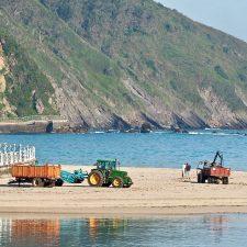 El Principado inicia los sondeos para localizar las infiltraciones que provocan los vertidos en la ría y playa de Ribadesella