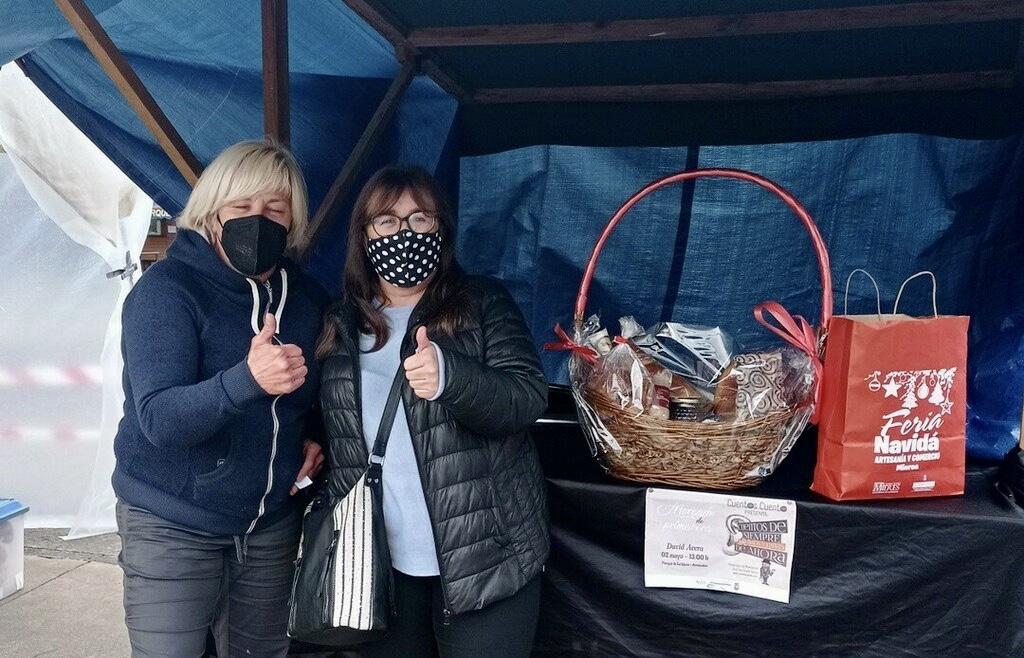 María del Mar se llevó la cesta sorteada en el Mercado de Primavera de Arriondas