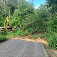 Una pala y dos camiones trabajan en la retirada del argayu que sepultó la carretera de Sardalla en Ribadesella