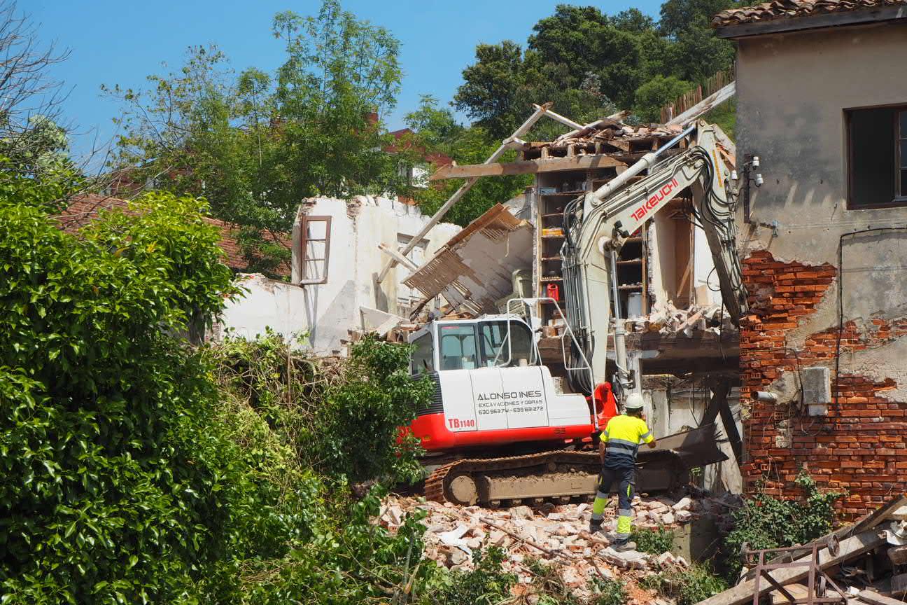 Comienza la demolición de la nave-vivienda de la antigua Fábrica de Albo en Ribadesella