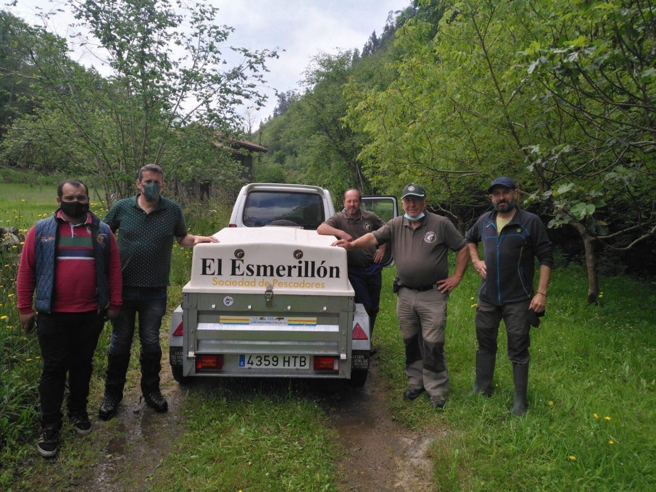 El Esmerillon suelta en Colunga los primeros 9.000 alevines de trucha correspondientes a la campaña de repoblación de este año