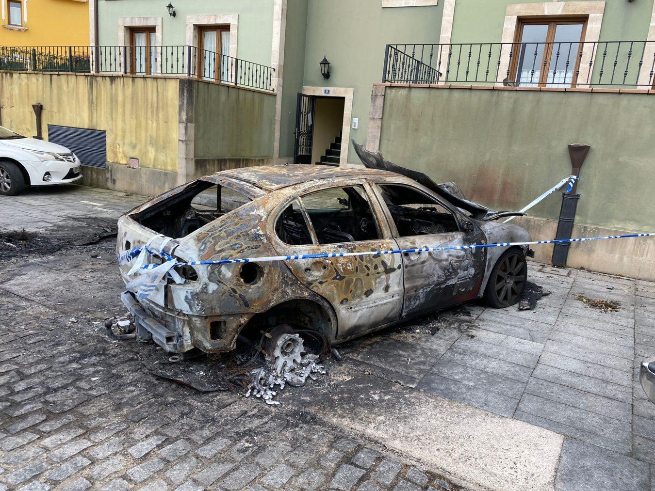 Incendio en Colombres: tres coches quemados y un detenido