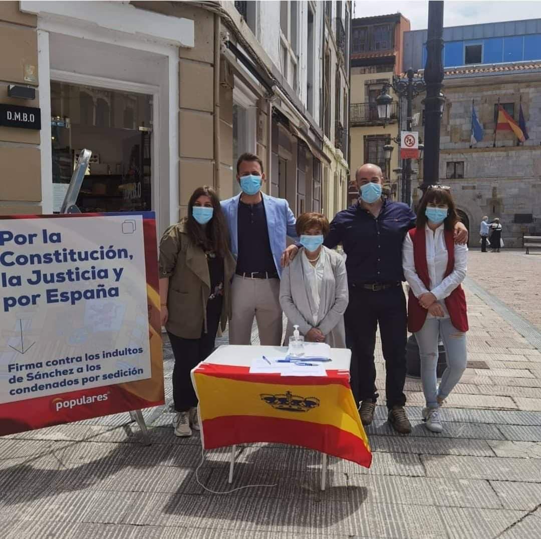 La campaña del PP contra el indulto al procés catalán llegaba esta mañana a Ribadesella