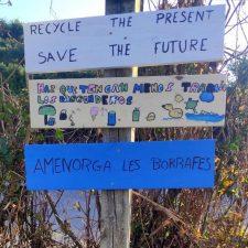 Los escolares de Llanes diseñan carteles para concienciar contra el abandono de plásticos en la naturaleza