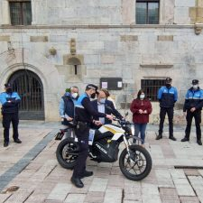 La Policía Local de Ribadesella estrena la primera moto eléctrica de la comarca con una autonomía superior a los 130 km