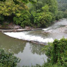 Los ecologistas piden la demolición de la presa de Puente Lles, en el río Deva, a su paso por Peñamellera Baja