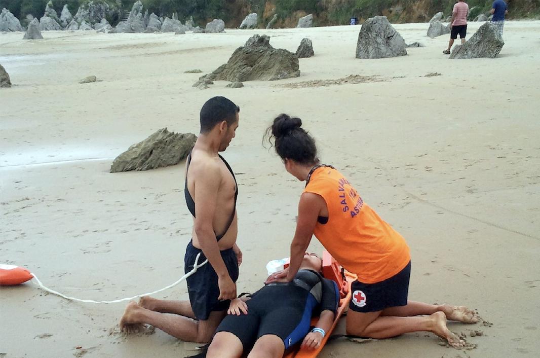 Llanes contará con 50 socorristas para vigilar 13 de sus playas durante el próximo verano