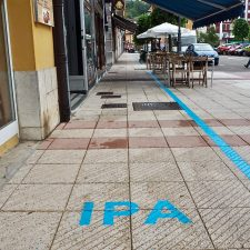 El alcalde de Ribadesella responde a quienes critican la línea azul del Itinerario Peatonal Accesible (IPA)