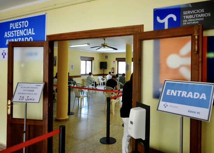 Los vacunódromos de Ribadesella y Cangas de Onís a pleno rendimiento tras administrar medio millar de pinchazos en su primer día