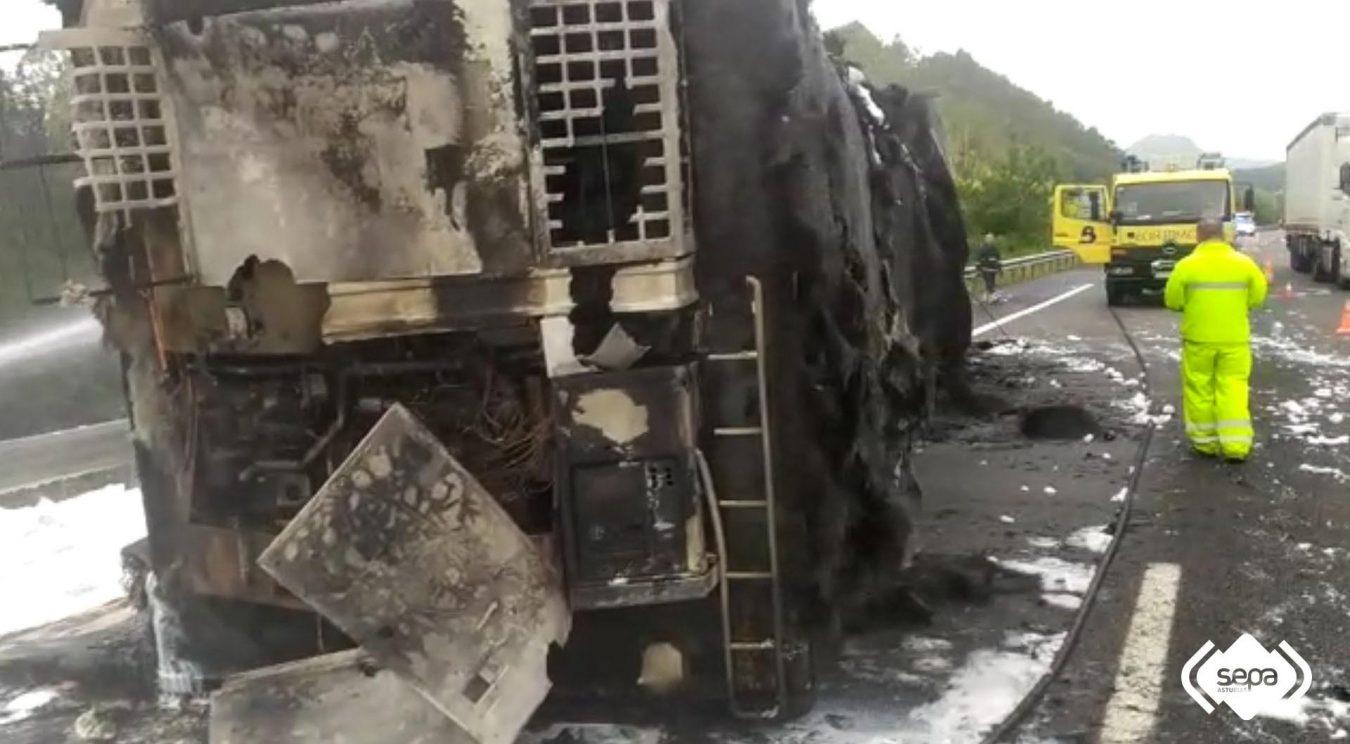 El incendio de un camión que transportaba leche origina largas retenciones en la A-8 a la altura de Ribadesella