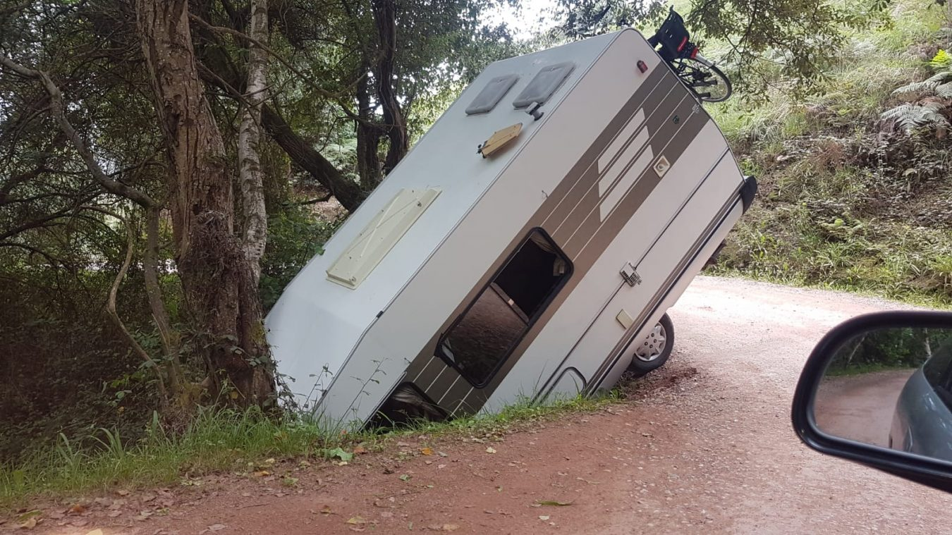 Una pequeña autocaravana intenta hacer el pino en el camino de acceso a la playa de Ballota, en el concejo de Llanes