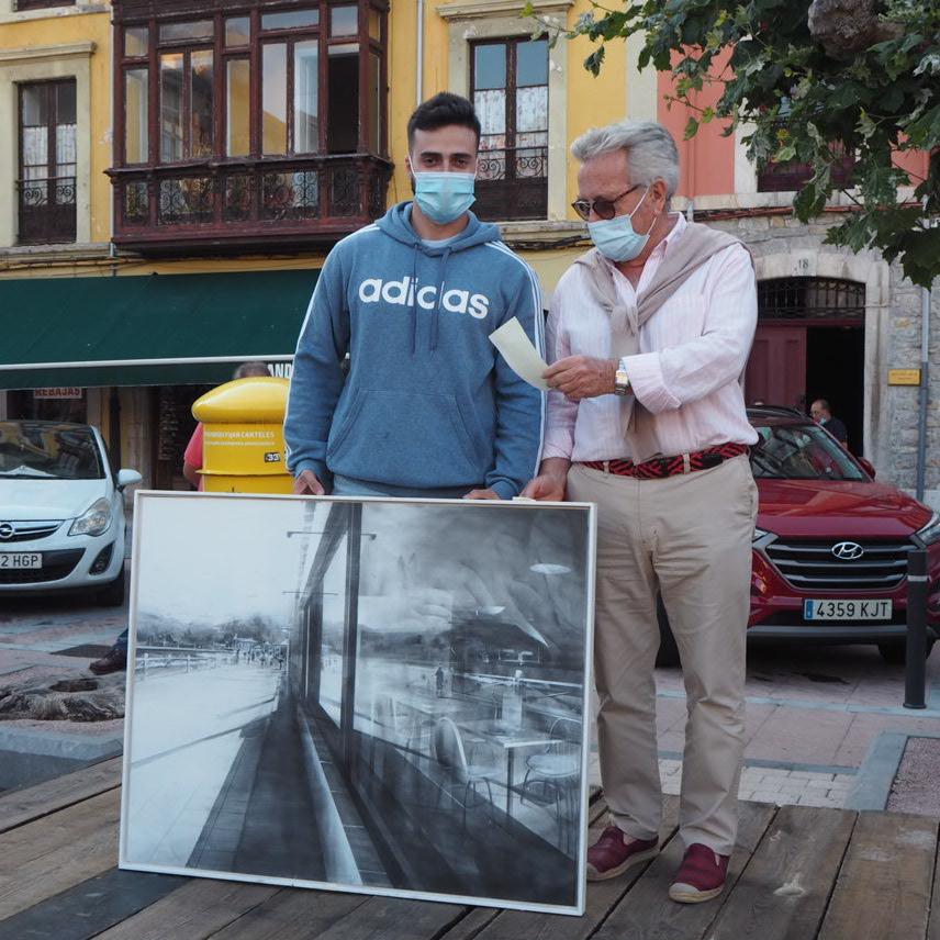 El fíu de un marinero de La Arena gana el Certamen de Pintura en la calle de Ribadesella