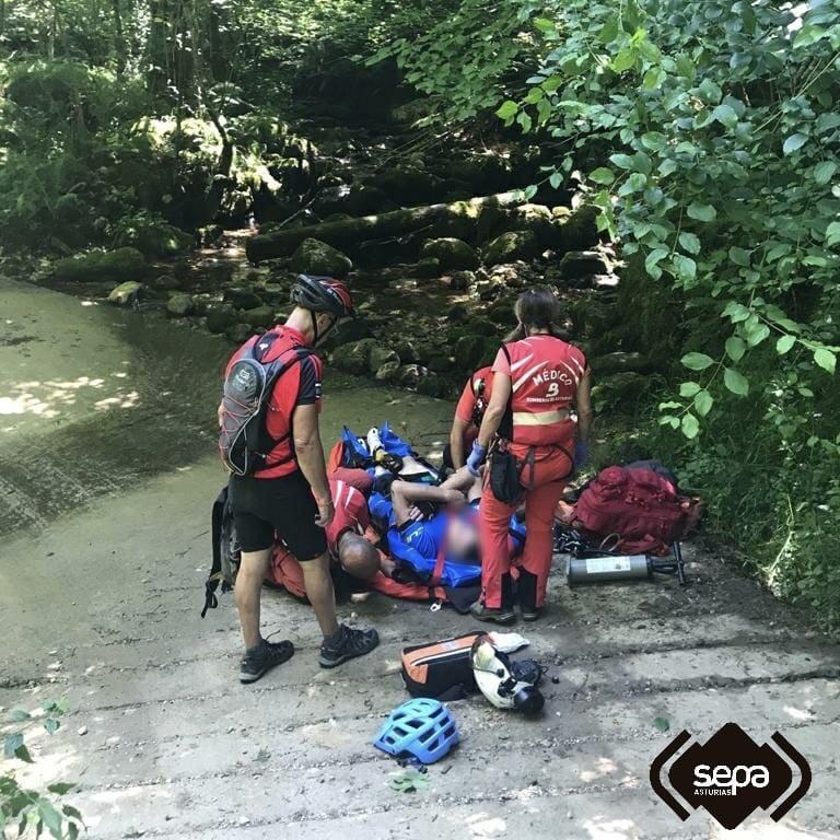 Evacuado al hospital de Arriondas un ciclista accidentado en Cabrales