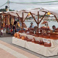La Feria de Artesanía de Ribadesella se olvida de supersticiones en su 13ª edición