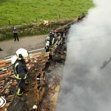 Un incendio calcina por completo una nave agrícola en Ribadedeva
