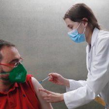 Barbón recibe el segundo pinchazo anti-covid y en una semana comienza la vacunación de los menores de 30 años